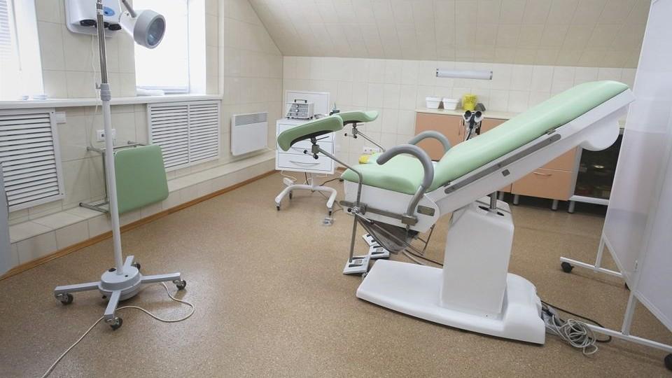 Nőgyógyász (nőgyógyász, rendelő, orvosi szék, )