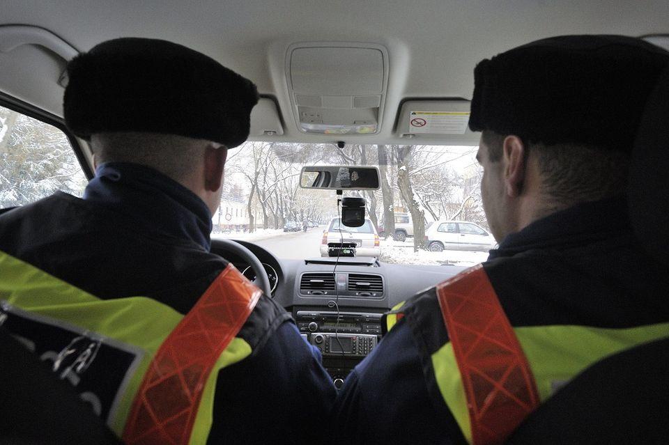 Rendőrök az autóban (rendőrség, rendőrök, rendőrautó, )