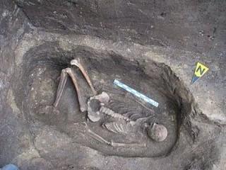 temetkezés a román piramis belsejében (temetkezés, régészet)