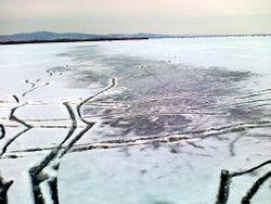 Olvad a jég a Velencei-tavon (olvad a tó jege)