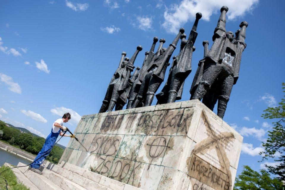antiszemita-feliratok(i) (szoborcsoport, mártír emlékmű)