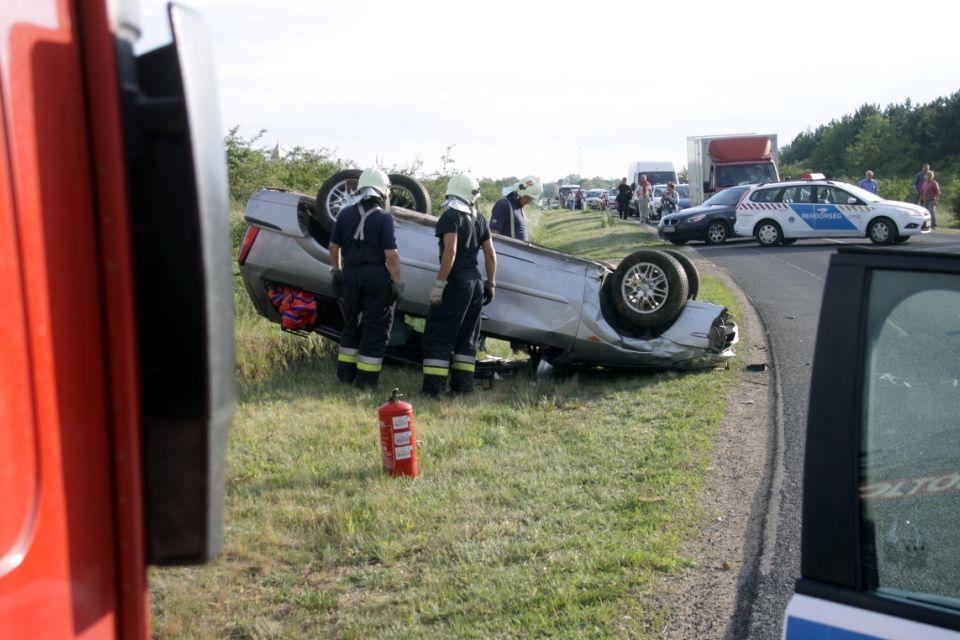 baleset (felborult autó, szentkirályszabadja)