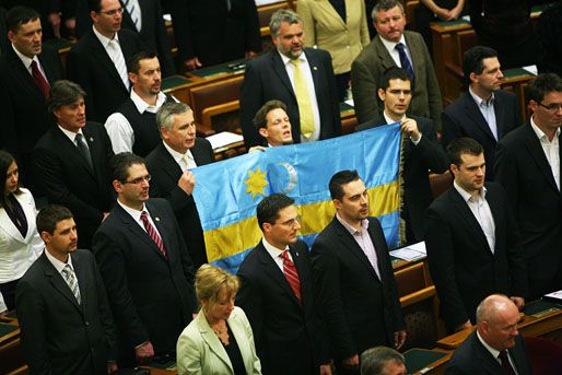 székely zászló a parlamentben (székely zászló, balczó zoltán, novák előd)