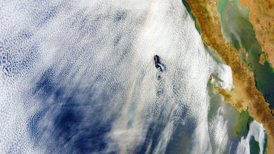 Kettős szivárvány az űrből (szivárvány, űr, nasa, )