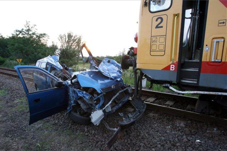 autó-vonat-ütközött (ingyenes, autó és vonat ütközött)