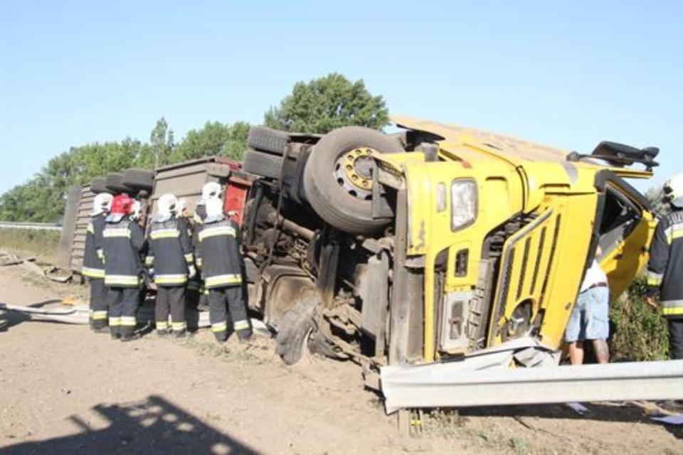 felborult-kamion (kamionbaleset, )