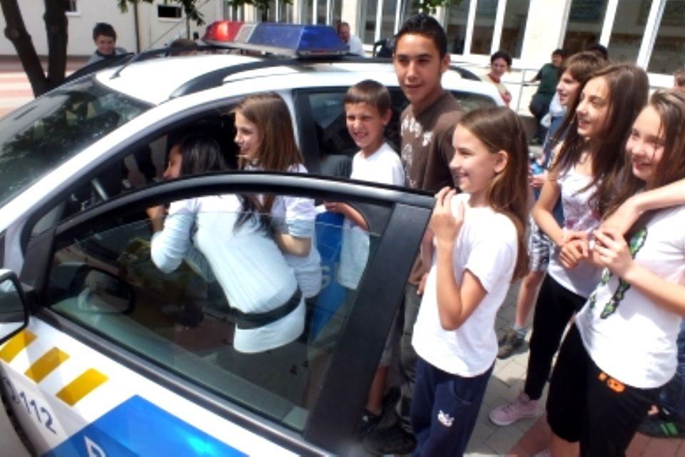 gyereknap-rendőrökkel (gyereknap, rendőrautó)