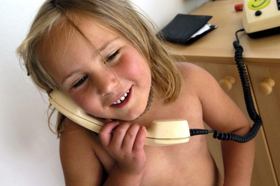 kislány-telefonnal (kislány, telefon)