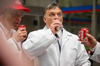 Orbán a kólagyárban (orbán viktor, kóla)