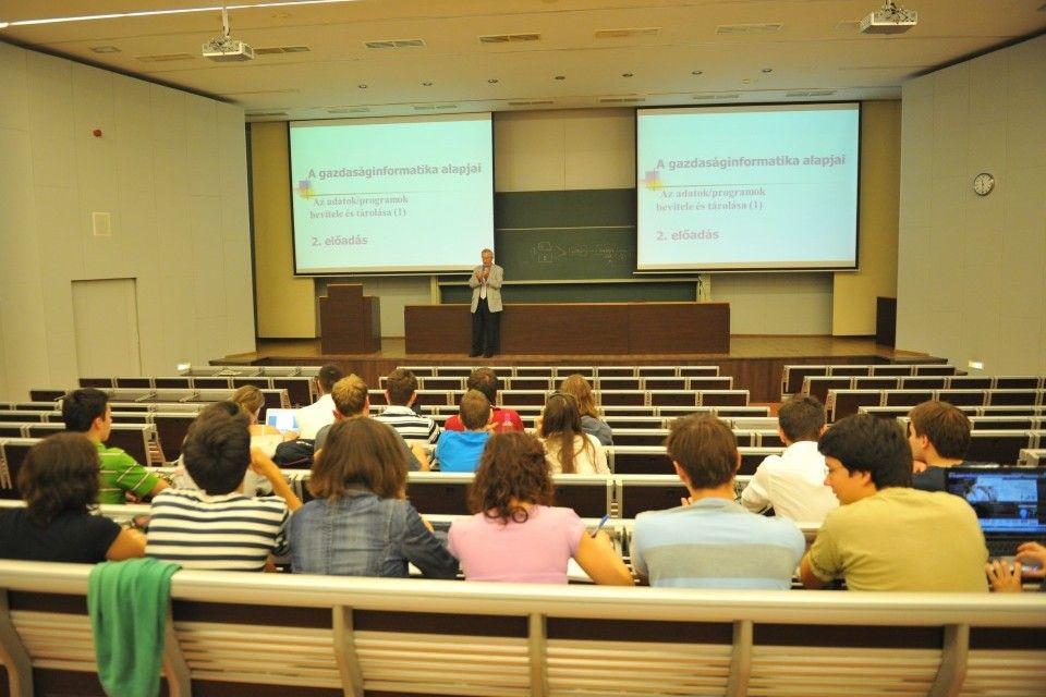 egyetem (egyetemi előadó, hallgatók)