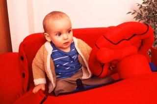 kisfiú-plüssautóban (kisfiú plüssautóban)