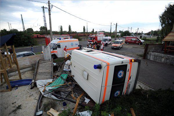 mentőautó, felborult, baleset (mentőautó, felborult, baleset)