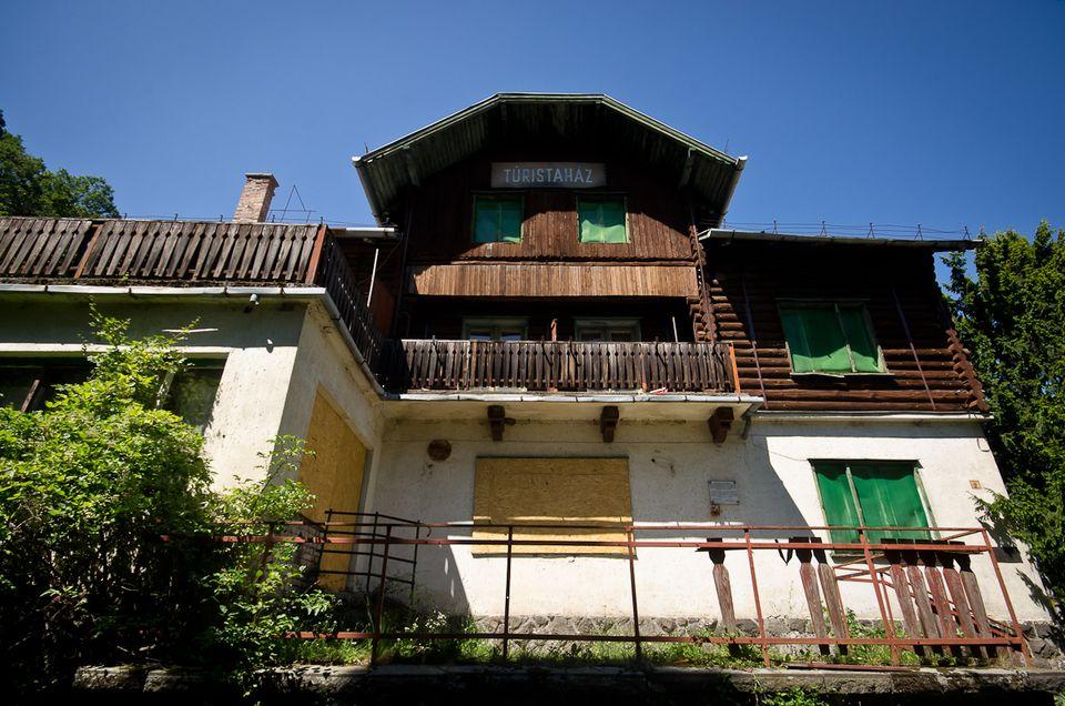 Turistaház a Lajos-forrásnál (turistaház, lajos-forrás)