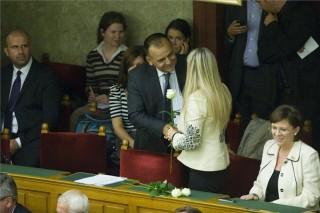 Varga István virágot ad át (varga istván, családon belüli erőszak, )