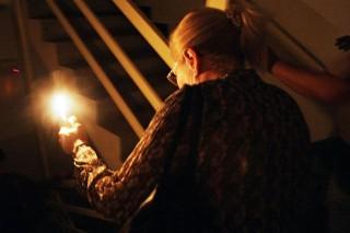 idős nő (nyugdíjas, áramkimaradás, villany, elektromos áram)