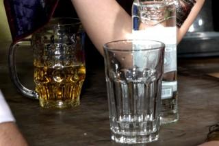 lakohol (vodka, sör, )