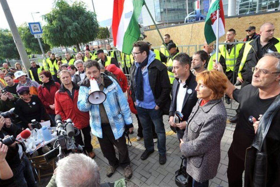 demonstráció az mtva székháza előtt (ingyenes, )