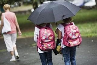 iskolasok(1)(960x640).jpg (iskola, iskolás, kislány, esernyő, eső, )