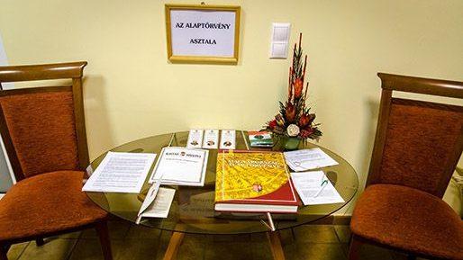 Alaptörvény asztala (alaptörvény asztala)