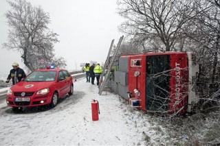 Felborult tűzoltóautó a 10-es főúton (havazás, ónos eső, baleset, tűzoltóság )