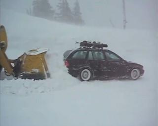 Nem mindenki örül a fehér karácsonynak (autó, kocsi, tél, havazás, karambol, csúszós út, csúszós utak, baleset, karácsony, ünnep, navigációs rendszer, reklámtorta, )