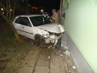 baleset (baleset, házfalnak ütközött)