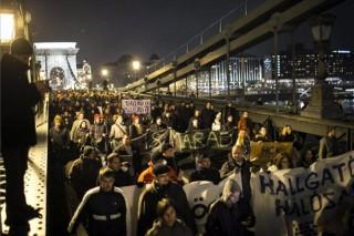 hallgatói tüntetés a lánchídon (egyetemisták tüntetése)