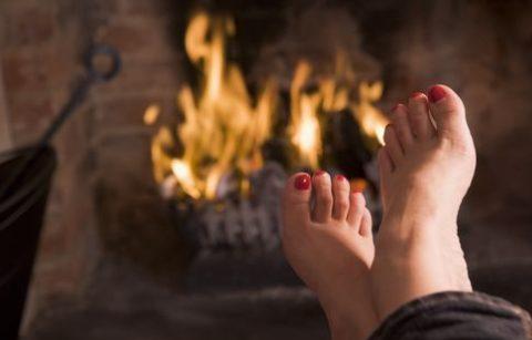 kandallónál melegedő lábak (kandalló, fűtés, )