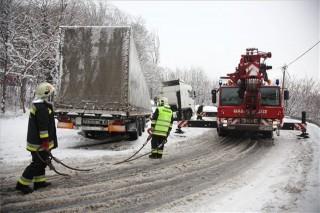 havazás kamion az árokban (havazás, kamion mentése)