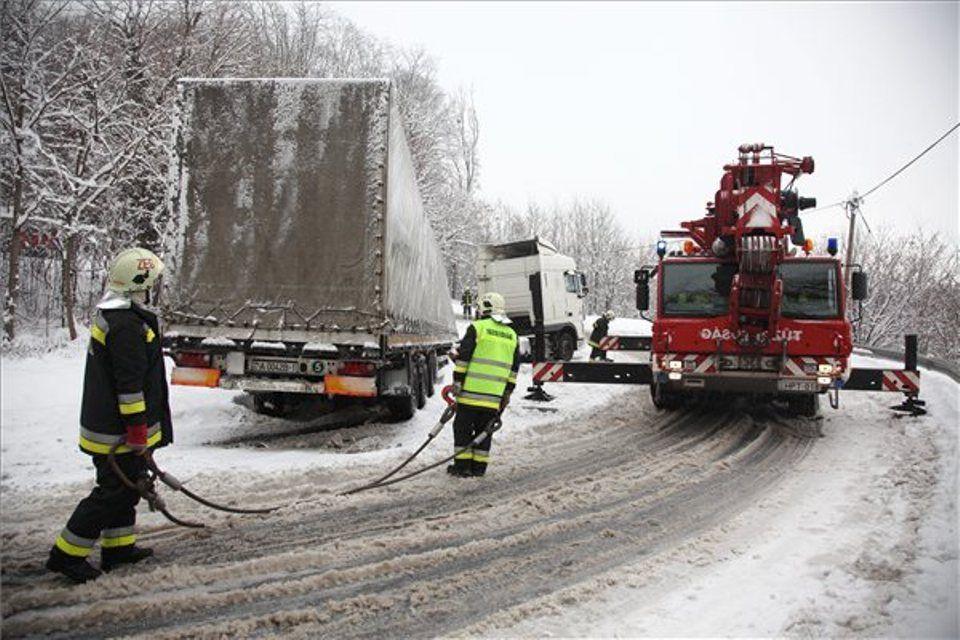 havazas-kamion-az-arokban(430x286)(1).jpg (havazás, kamion mentése)