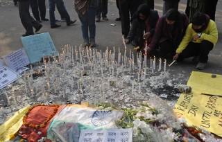 india megerőszakolt lány (nemi erőszak, diáklány, india, megemlékezés, )