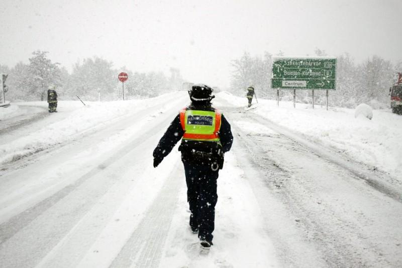 rendőr a havazásban (havazás, rendőr, )