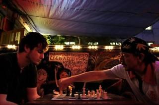 romkocsma sakk (romkocsma, fiatal, sakk)