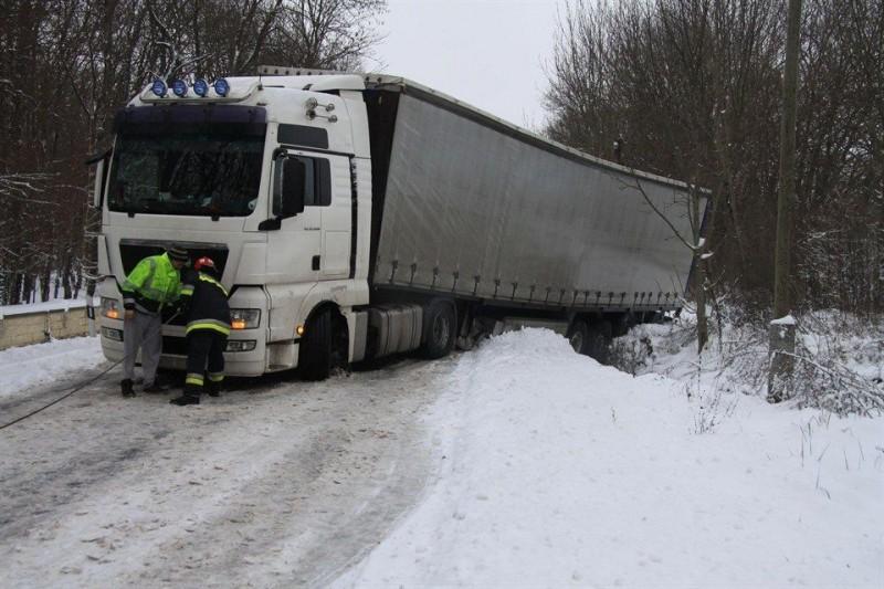 Kamion-mentes-Alcsutdoboznal(960x640).jpg (baleset, havazás, kamionbaleset, )