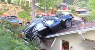 Autó háztetőn (autó, háztető, )