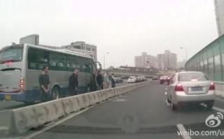 Dán turisták Kínában (vizelés, turisták, kína, autópálya, )