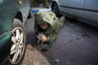 Izraeli katona bújik (izrael, katona, támadás, )