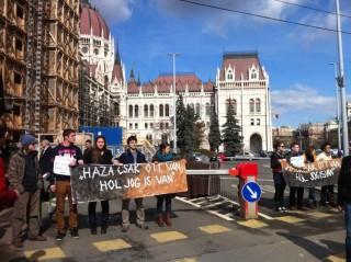 Tüntetők a Parlamentnél (tüntetés, alkotmánymódosítás, )