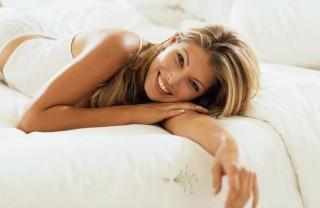 fekvő nő (nő, szépség, szőke, ágy)