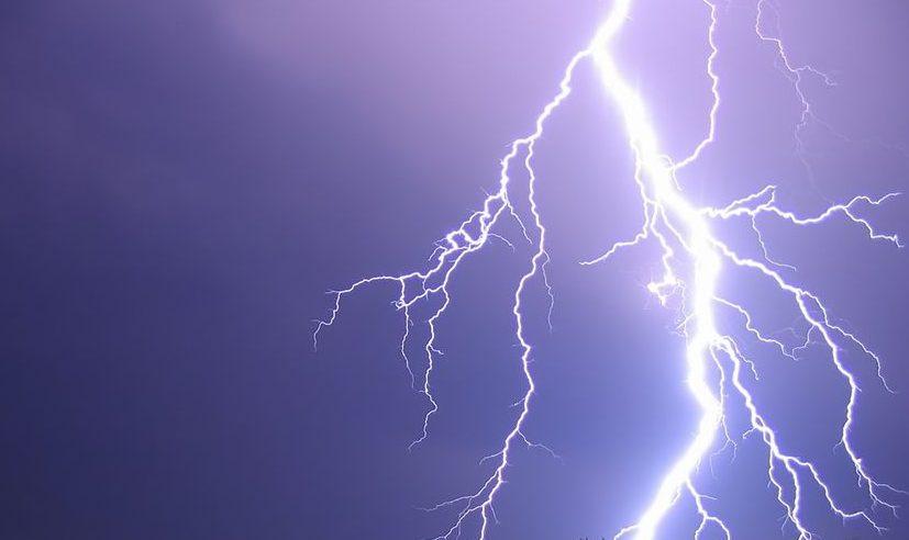 villám (villámcsapás, agyagosszergény, focimeccs, vihar, )