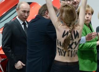 putyin femen aktivistával (putyin, feme)