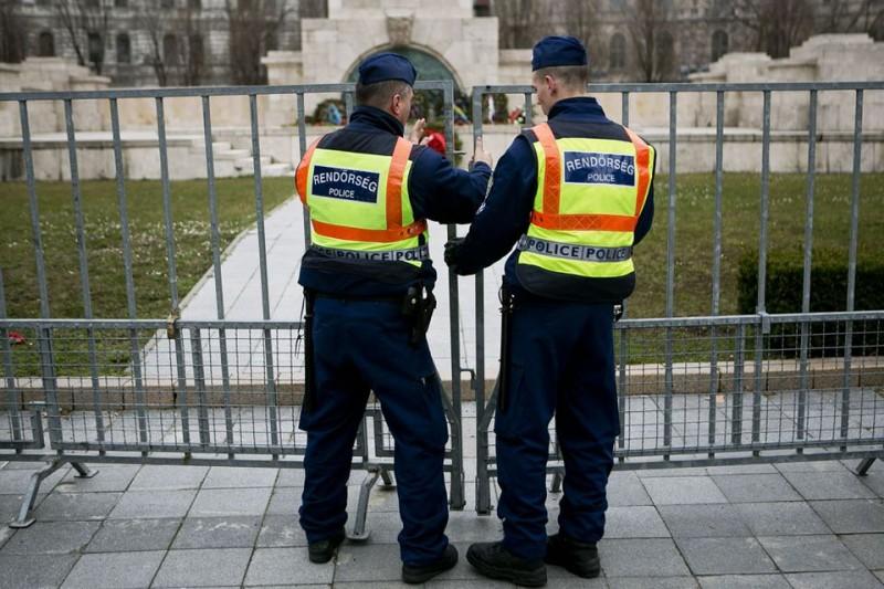 rendőrök a szovjet emlékműnél (szövjet emlékmű, rendőr, kordon)