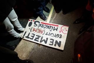 tüntetés (tüntetés)