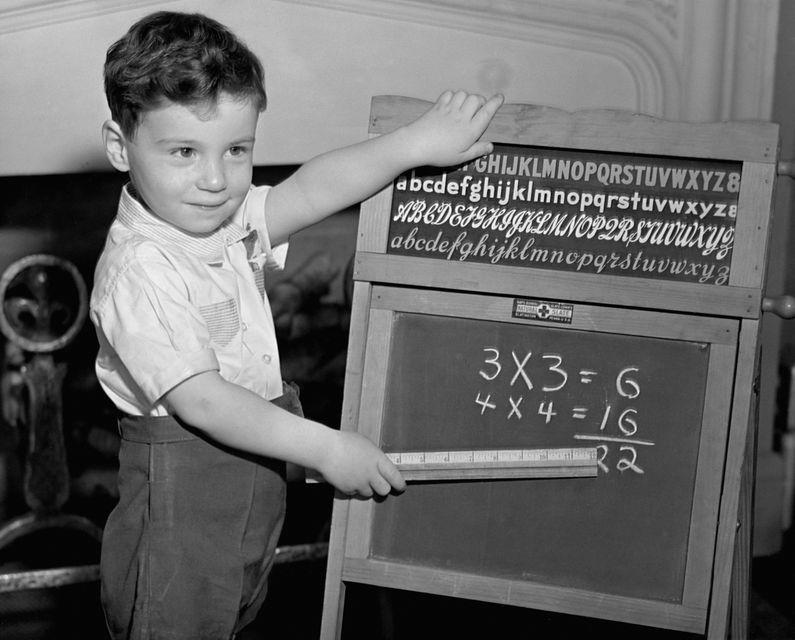 Matekozó gyerek (matek, matematika, számok, gyerek, fiú, )