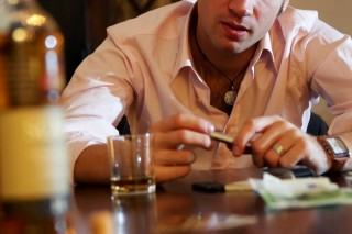 alkohol (alkohol, cigaretta, )