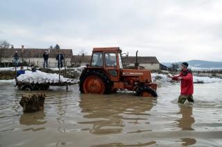 Arviz-Ipolytarnocon(1)(960x640)(2).jpg (árvíz, traktor, traktor vízben )