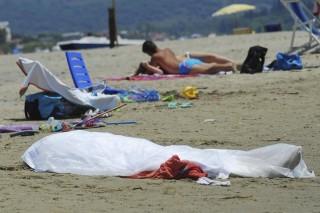 Hulla a strandon (holttest, strand, olaszország, )