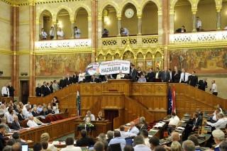Jobbikos tüntetés parlament (jobbik)
