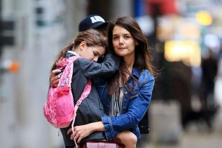 Katie Holmes lányával (Katie Holmes, Suri)