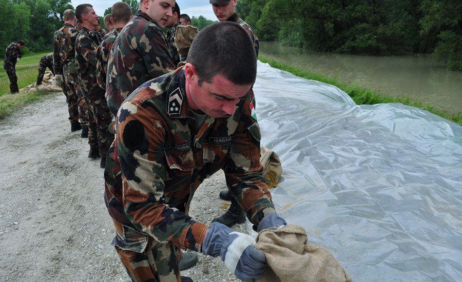 Katonák a gáton (katona, árvíz, hódmezeővásárhely, debrecen, védekezés, )